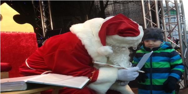 Weihnachtsmann-Sprechstunde mit dem Weihnachtsmann auf dem Weihnachtsmarkt.